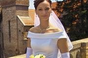 巧妙的抠出白色透明的婚纱